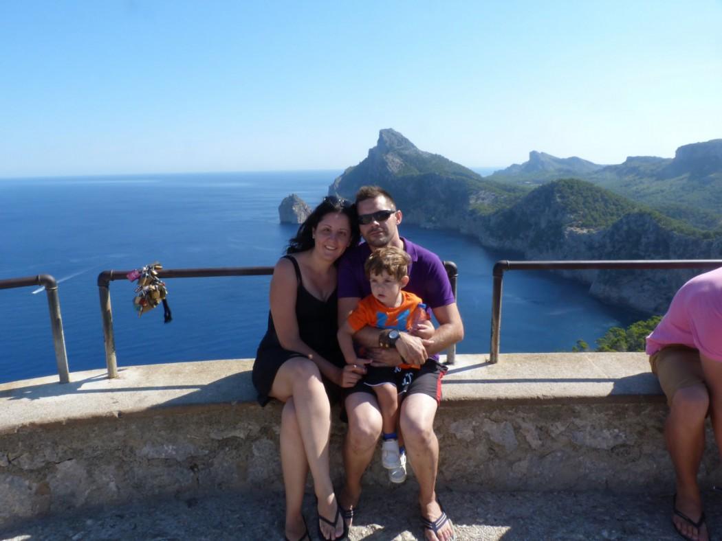 La Lupa Viajera Family en el Mirador dels Colomer, Mallorca.