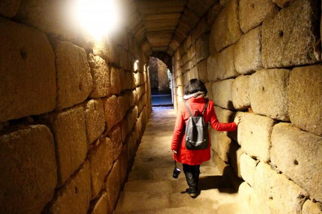 Sandra bajando al aljibe del alcazaba de Mérida