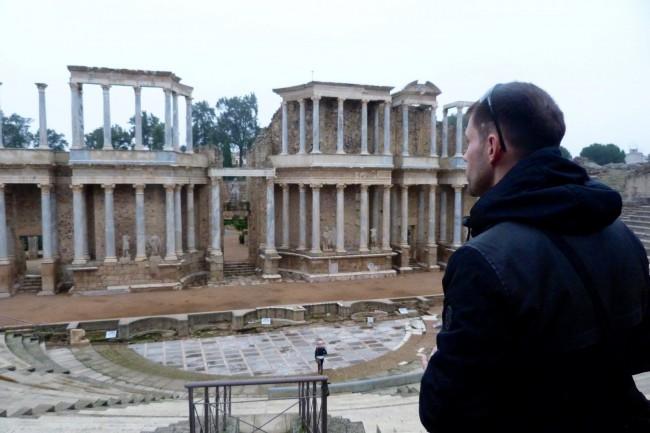 Alex contemplando el teatro romano de merida