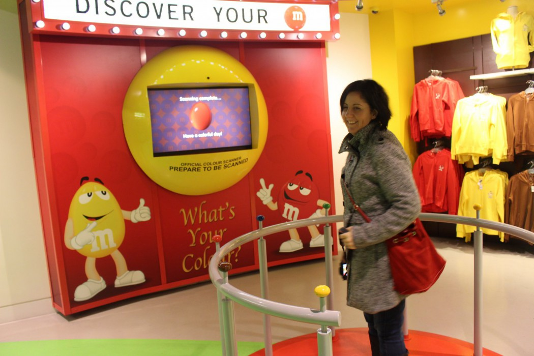 Sandra subida en la máquina para averiguar cual es su M&M