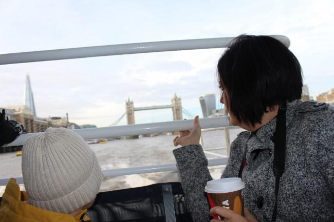 Eric y Sandra en el barco con el Tower Bridge al fondo