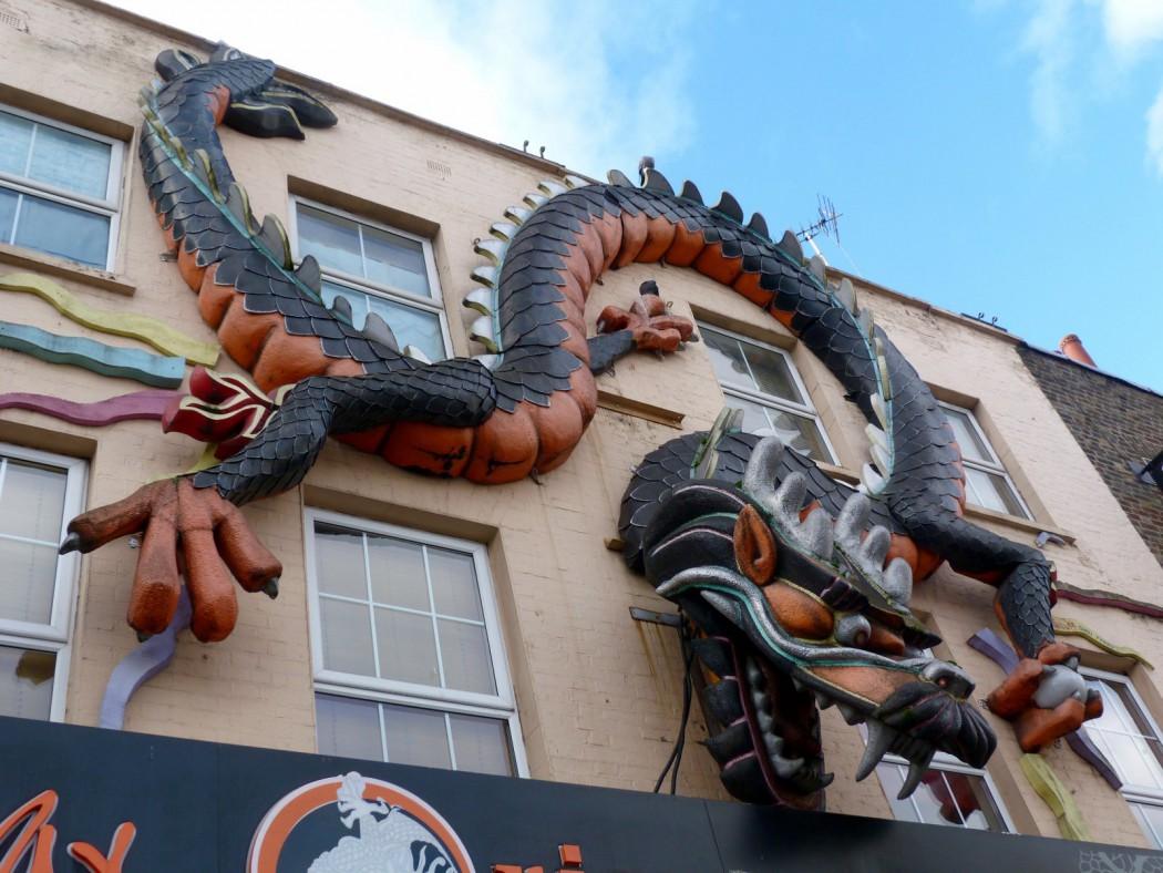 Una fachada de Camden con un enorme dragón