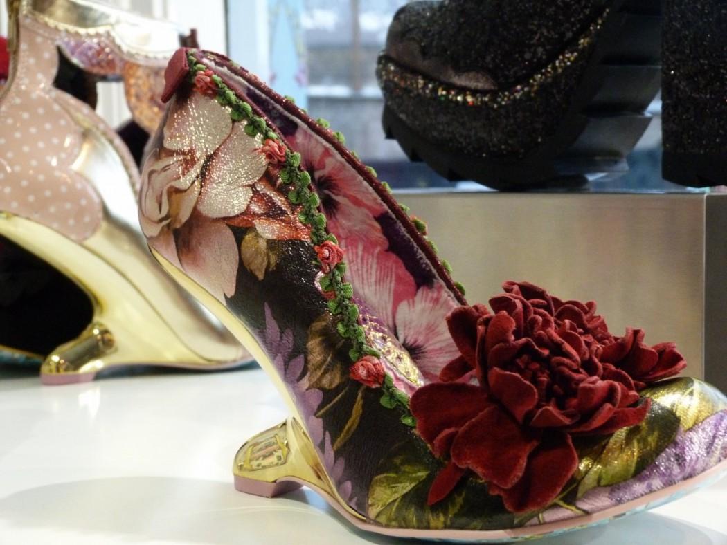 Zapatos extravagantes en un escaparate de Camdem