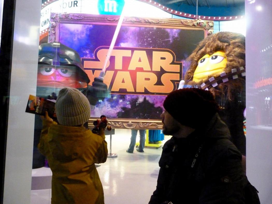 Eric y Alex en el escaparate de la tienda M&M con los personajes de Stars Wars