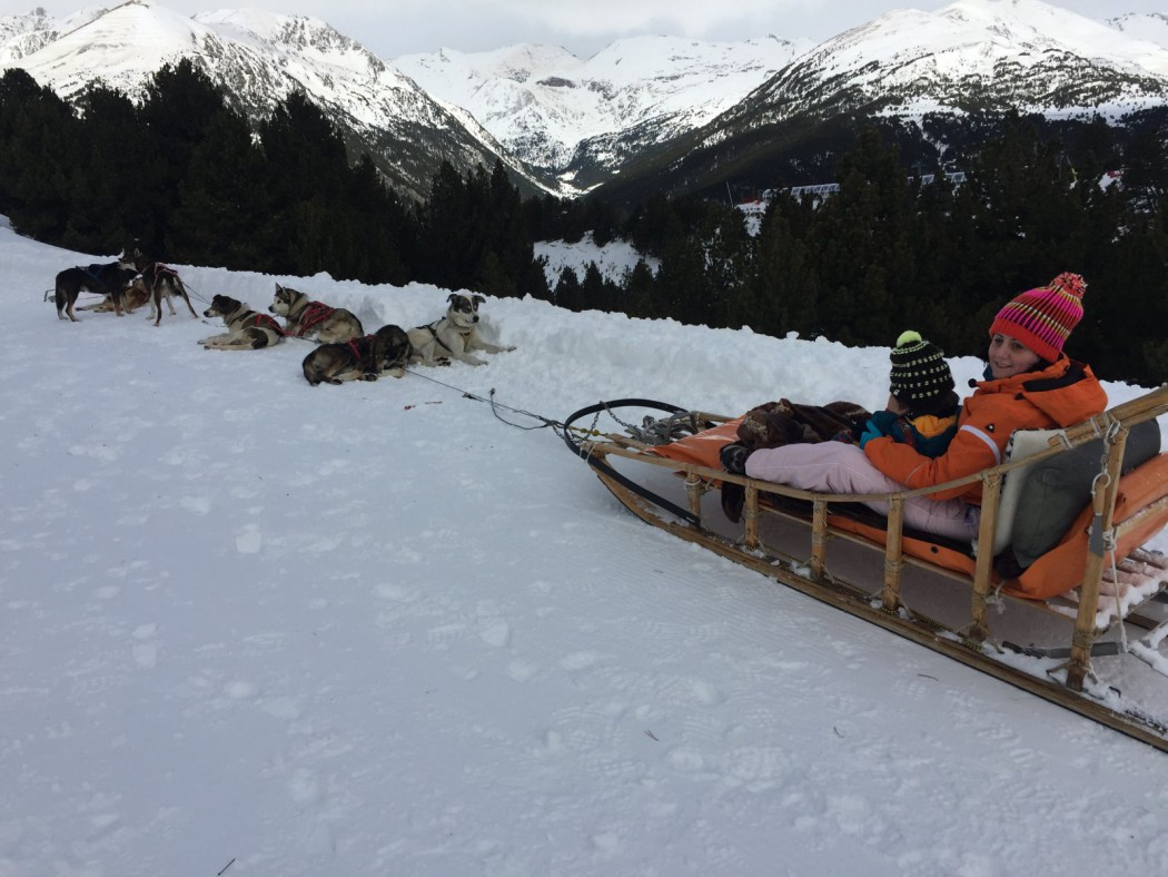 Eric y Sandra sentados en el trineo. Trineo tirado por perros, mushing en Grandvalira, Andorra.