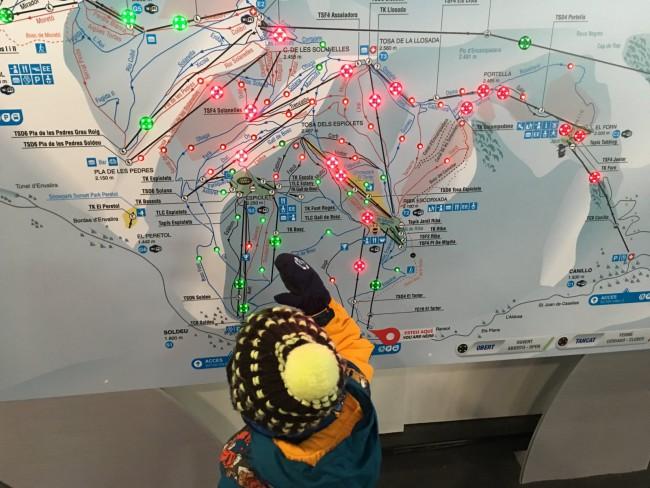 Eric mirando el mapa de Grandvalira con todas la luces rojas de pistas cerradas.
