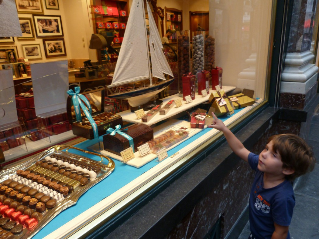 Eric mirando una chocolatería, comer bruselas