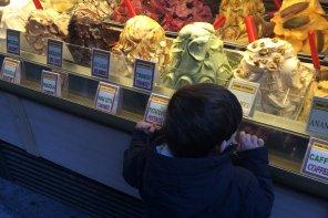 Eric mirando una gran variedad de helados en Florencia