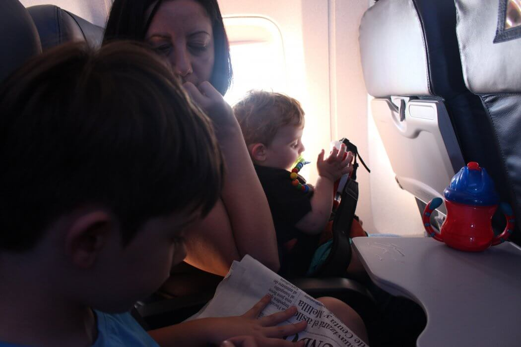 Viajar en avión con niños sin morir en el intento, la lupa viajera